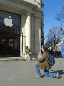 un devoto davanti allo store Apple di Barcellona
