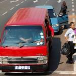 Johannesburg. Una donna esce da un mezzo di trasporto locale